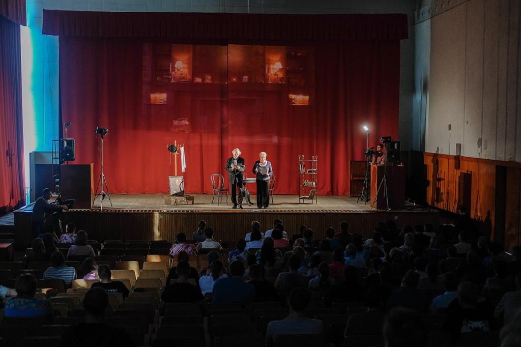 В Новосибирской областной больнице выступили артисты театра «Красный факел»
