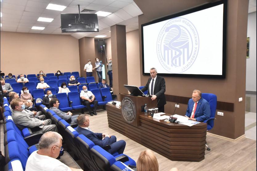 Губернатор Андрей Травников обсудил подготовку кадров для здравоохранения Новосибирской области.
