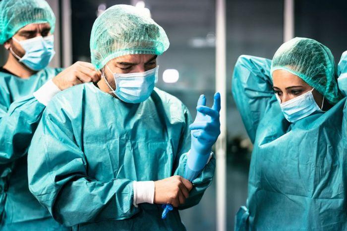 Более половины россиян считают героями 2020 года врачей и медицинских работников